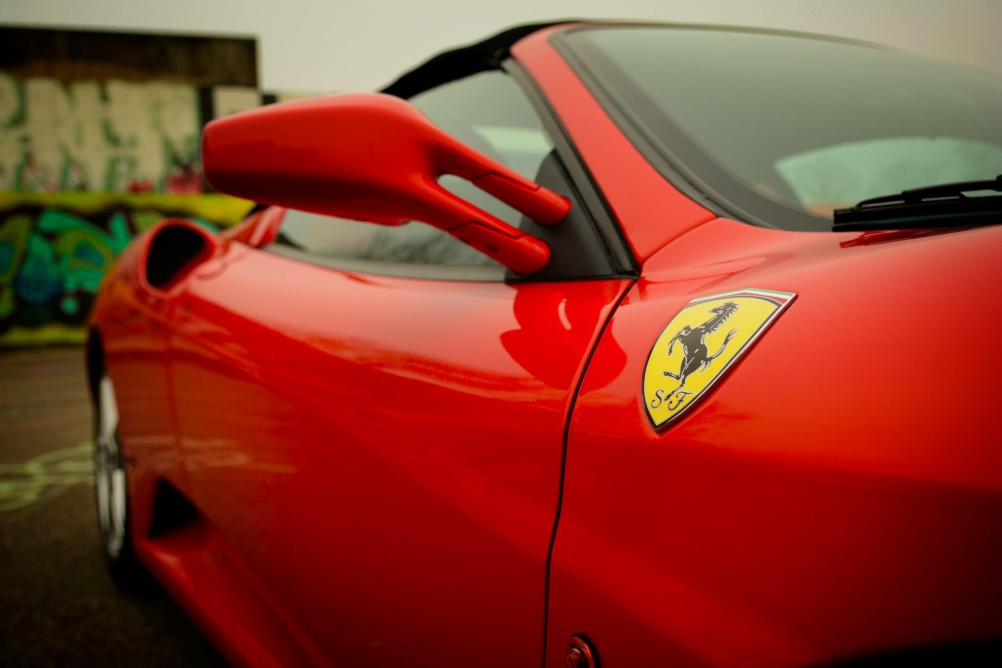 Rød Ferrari med logo